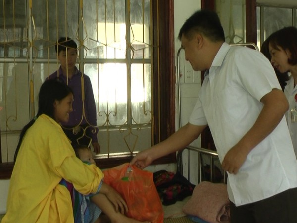 Các đồng chí lãnh đạo huyện Mèo Vạc thăm và tặng quà các cháu thiếu nhi tại Bệnh viện Đa khoa Mèo Vạc